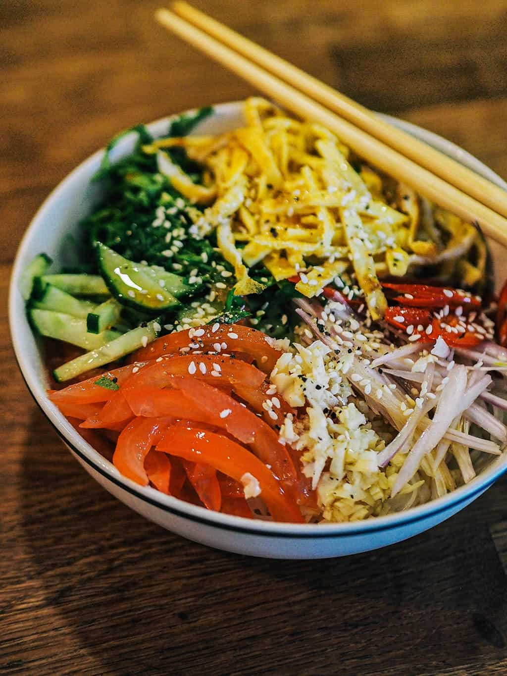 In this summer rice noodles salad recipe you'll find: eggs, garlic, shallots, tomato, cucumber, chili, spinach, and salad dressing